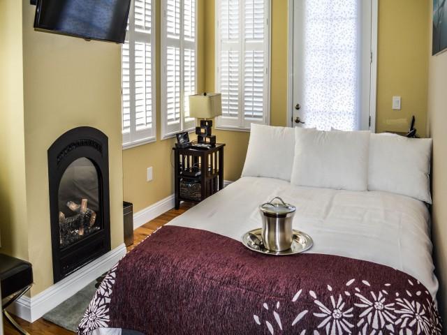 Room 6 - Queen Suite with Balcony